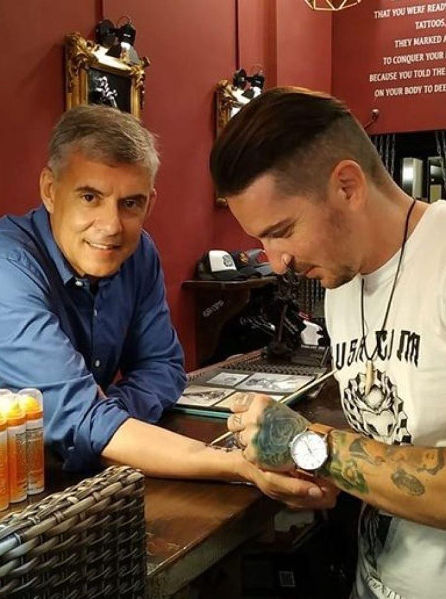 Χτύπησε tattoo στην Σκιάθο ο Κώστας Αγοραστός - Το σχέδιο που επέλεξε (φωτο)