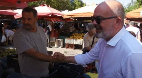 Μπαργιώτας από τη λαϊκή Νεάπολης: «Τα ροδάκινα μένουν στα δέντρα…»