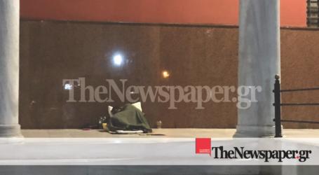 Βόλος: «Γροθιά στο στομάχι» ο άστεγος που κοιμάται στον Μητροπολητικό ναό [εικόνα]