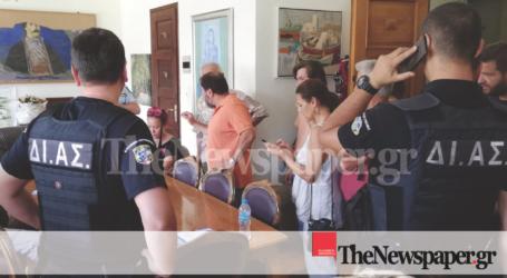 Βόλος: «Ντου» στο γραφείο της Κολυνδρίνη – Έσπασαν την πόρτα οι διαδηλωτές [εικόνες]