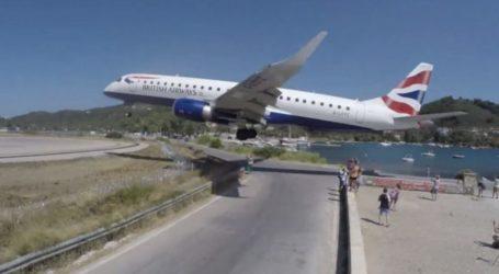 Σκιάθος: Η στιγμή που αεροπλάνο περνά λίγα μέτρα πάνω από τα κεφάλια τουριστών
