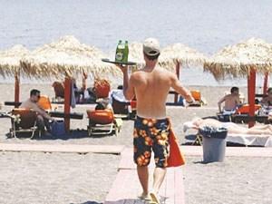 Εφοριακοί με μαγιό στις παραλίες
