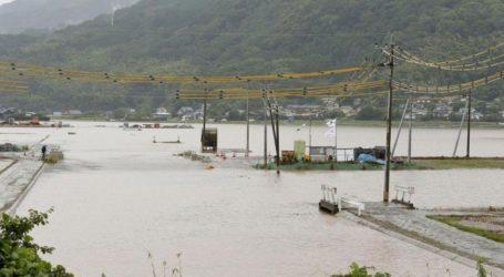 Εν μέσω σφοδρών βροχοπτώσεων δίδεται εντολή εκκένωσης στη νήσο Κιούσου