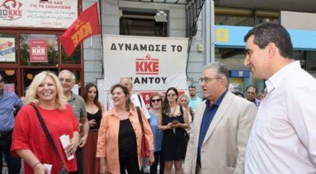 Το εκλογικό κέντρο του ΚΚΕ στον Πειραιά επισκέφθηκε ο Δ. Κουτσούμπας