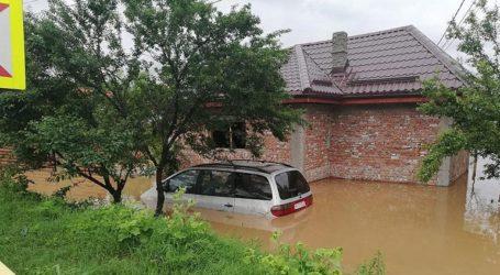 Καταστροφές σε οδικούς άξονες, πτώσεις δέντρων από τους θυελλώδεις ανέμους