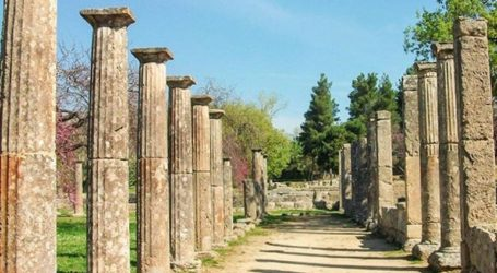 Εθελοντές του Ερυθρού Σταυρού προσφέρουν εμφιαλωμένο νερό στην Αρχαία Ολυμπία