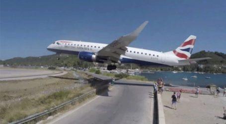 Η στιγμή που αεροπλάνο περνά λίγα μέτρα πάνω από τα κεφάλια τουριστών
