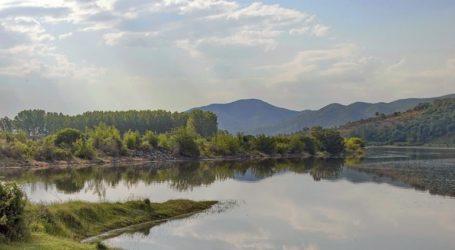 Πεταμένα μπάζα κοντά στη λίμνη Κερκίνης