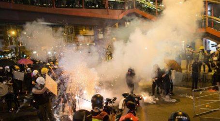 Χονγκ Κονγκ: Κουκουλοφόροι επιτέθηκαν σε διαδηλωτές