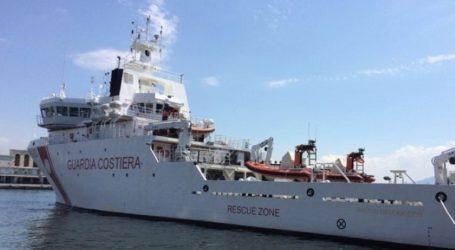 131 μετανάστες παραμένουν αποκλεισμένοι πάνω σε σκάφος της ακτοφυλακής