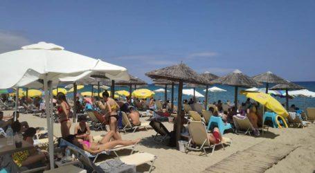 Σωρηδόν στις παραλίες σήμερα Κυριακή οι Λαρισαίοι για να γλυτώσουν το 40άρι της πόλης (φωτο)