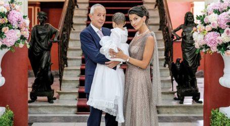 O εφοπλιστής Γιάννης Κούστας και η 27χρονη σύντροφός του βάφτισαν την κόρη τους στην Κέρκυρα