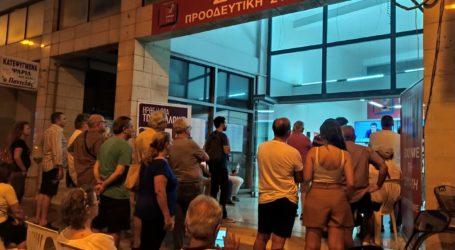 Με προσοχή παρακολούθησαν τον Τσίπρα στο εκλογικό κέντρο του ΣΥΡΙΖΑ τον Βόλο
