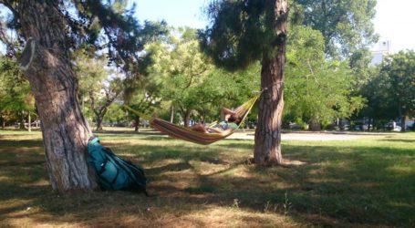 Βόλος: Έβαλαν αιώρες και ξάπλωσαν στο πάρκο του Αγίου Κωνσταντίνου [εικόνες]