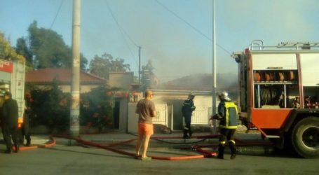 ΤΩΡΑ: Στις φλόγες παλιό σπίτι στον Άναυρο – Τι ψάχνει η Πυροσβεστική [αποκλειστικές εικόνες]
