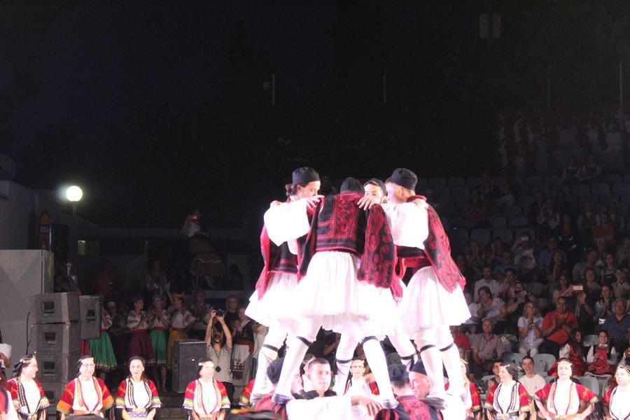 Το 1ο Διεθνές Φεστιβάλ Παραδοσιακού Χορού ξεσήκωσε τη Λάρισα – Η κορύφωση έγινε στο Κηποθέατρο (φωτο-βίντεο)