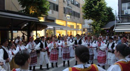 Βαλκανικοί χοροί ξεσήκωσαν το κέντρο της Λάρισας (φωτο – βίντεο)