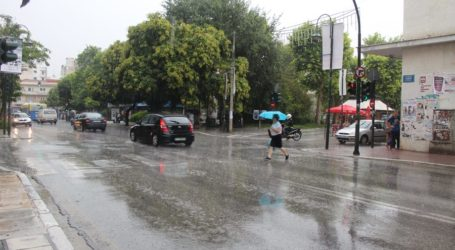 Άνοιξαν οι ουρανοί στη Λάρισα – Θα βρέχει το μεγαλύτερο διάστημα της ημέρας (φωτό – βίντεο)