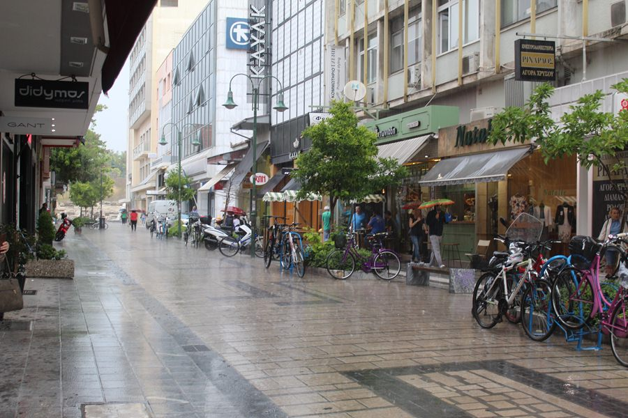 Άνοιξαν οι ουρανοί στη Λάρισα - Θα βρέχει το μεγαλύτερο διάστημα της ημέρας (φωτό - βίντεο)