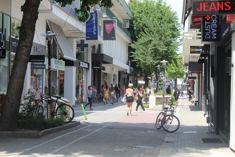 Μειωμένη η κίνηση το μεσημέρι του Σαββάτου στην αγορά της Λάρισας (φωτο)