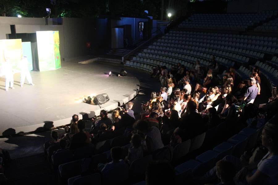 Γέλασαν με την ψυχή τους στην παράσταση «Τα τρία γουρουνάκια και.. ο κακός ο Λύκος;» τα παιδάκια στο Κηποθέατρο Αλκαζάρ (φωτο)