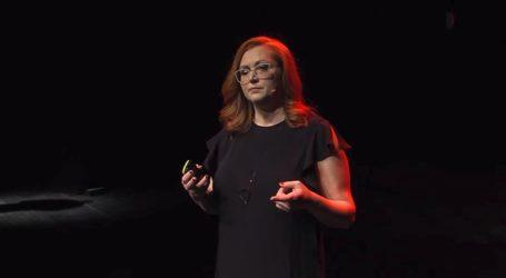 Φίλια Μητρομάρα: Η ιστορία της Βολιώτισσας δημοσιογράφου που βλέπει τη ζωή με ένα μάτι