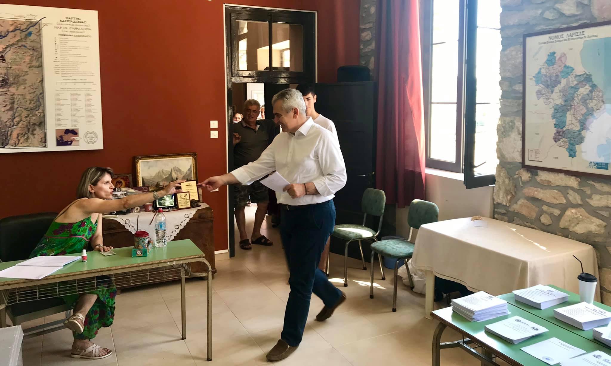 Μαζί με τον γιο του ψήφισε ο Μάξιμος Χαρακόπουλος στα Βούναινα: Οι νέοι ψηφίζουν ελπίδα για το αύριο! (φωτο)