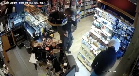 Καρέ – καρέ η ένοπλη ληστεία σε περίπτερο του Βόλου – Δείτε το βίντεο