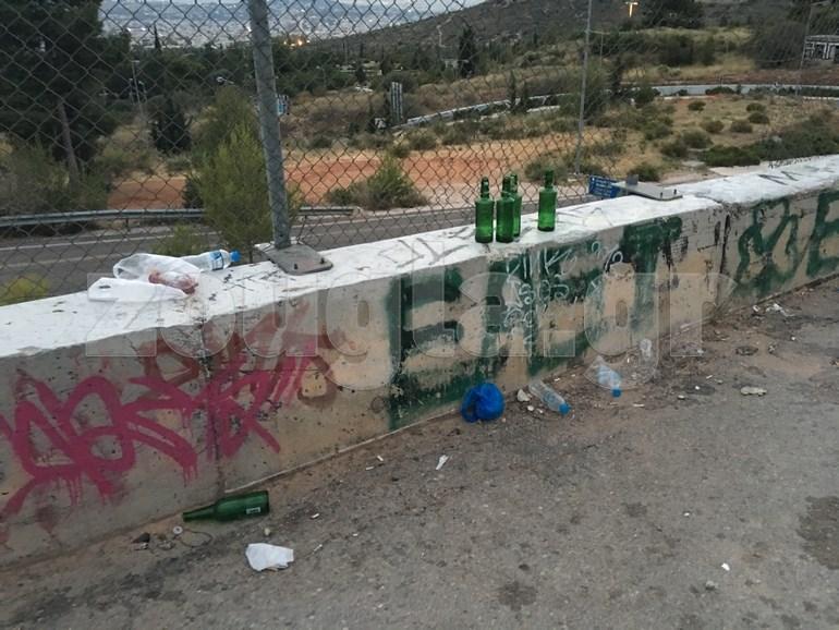 Ούτε τις μπύρες τους δεν πετάνε στους κάδους (που υπάρχουν στο συγκεκριμένο σημείο) οι νεαροί επισκέπτες του βουνού
