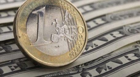 Το ευρώ υποχωρεί 0,28%, στα 1,1042 δολάρια