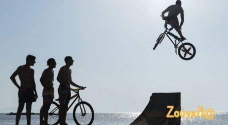 Ανέβηκαν στα ποδήλατά τους και… βούτηξαν στη θάλασσα