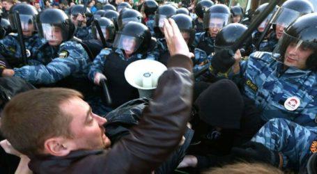 Σε κλοιό διαδηλωτών και αστυνομικών το κτίριο της Προεδρικής Διοίκησης στη Μόσχα