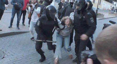 Οργή για το βίντεο όπου ένας αστυνομικός γρονθοκοπεί διαδηλώτρια