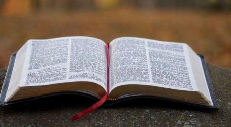 Ο Τραμπ εξαιρεί τις Βίβλους, αλλά όχι τα ροζάρια, από τους δασμούς σε κινεζικά προϊόντα