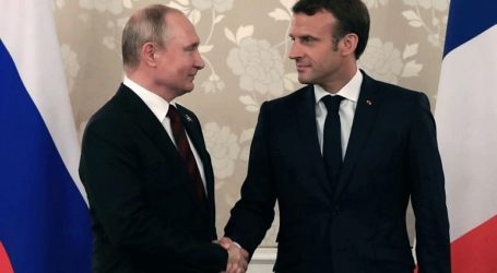 Ο Μακρόν υποδέχθηκε τον Πούτιν στην Μπρεγκανσόν