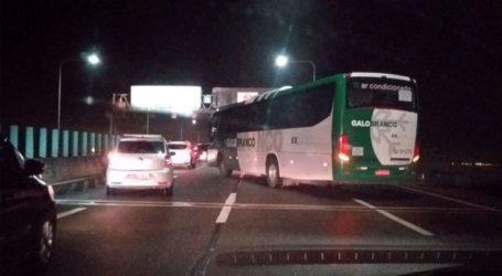 Ένοπλος κρατά ομήρους επιβάτες λεωφορείου