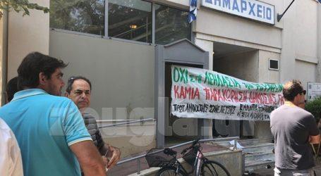 Ένταση και χημικά στο δημαρχείο Καρδίτσας σε συγκέντρωση κατά του αιολικού πάρκου στα Άγραφα