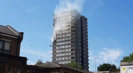 Ξέσπασε φωτιά σε πολυκατοικία κοντά στον πύργο Γκρένφελ