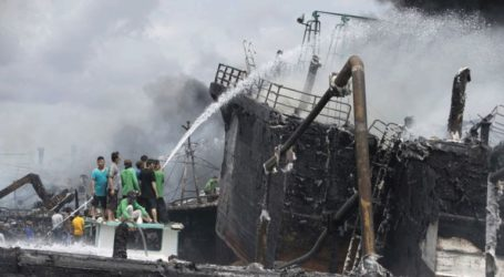 Τουλάχιστον τέσσερις νεκροί και 30 αγνοούμενοι από πυρκαγιά σε φεριμπότ