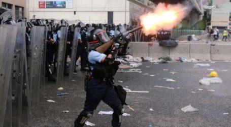 η αστυνομία κάνει χρήση αντλιών νερού και για πρώτη φορά πυροβολεί