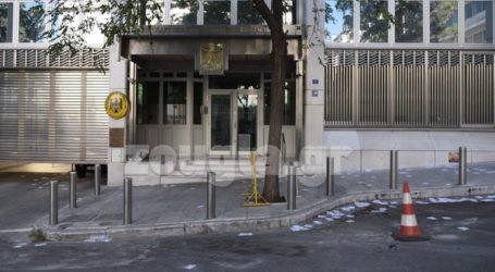 Μέλη του Ρουβίκωνα πέταξαν τρικάκια έξω από τη γερμανική πρεσβεία
