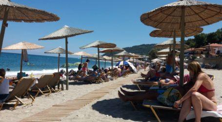 Στις παραλίες του Πηλίου αναζητούν στιγμές δροσιάς οι Βολιώτες [εικόνες]