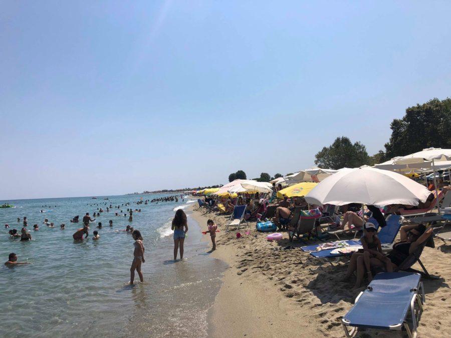 «Πλημμύρισαν» τις παραλίες του Πλαταμώνα από το πρωί της Κυριακής οι Λαρισαίοι (φωτο)