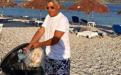 Μαζεύει και σκουπίδια ο Αγοραστός