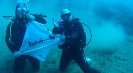 Βόλος: Αθλητές του καράτε σήκωσαν σημαία στα 25 μέτρα κάτω από την επιφάνεια του Παγασητικού [εικόνες]
