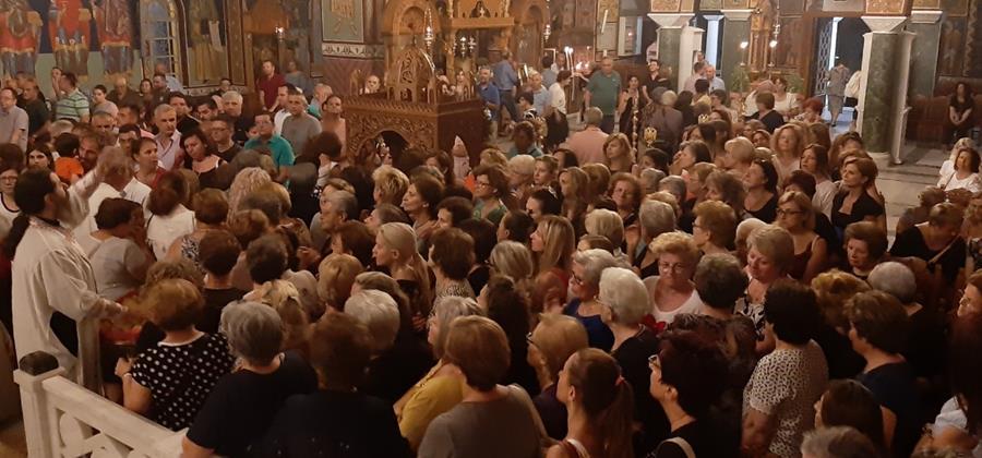 Πλήθος πιστών στην αγρυπνία της Υπεραγίας Θεοτόκου στον Άγιο Αχίλλιο (φωτό)