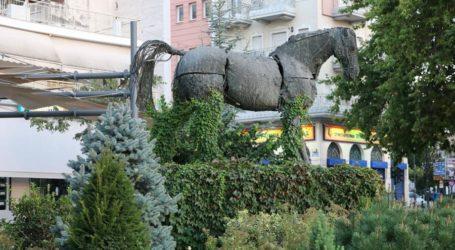 """Γιατί… """"πνίγηκε"""" στα χόρτα το άγαλμα του Βουκεφάλα; (φωτό)"""