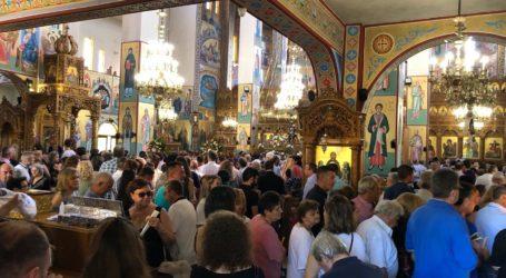 Πλήθος Λαρισαίων προσκυνούν την Μεγαλόχαρη στον Ιερό Ναό της Ζωοδόχου Πηγής στους Αμπελόκηπους (φωτό)
