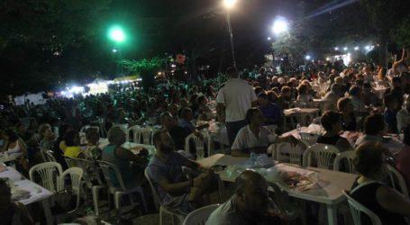 Οι χοροί και τα τραγούδια συνεχίστηκαν στην πλατεία Φιλιππούπολης παρουσία πλήθους Λαρισαίων (φωτο –  βίντεο)