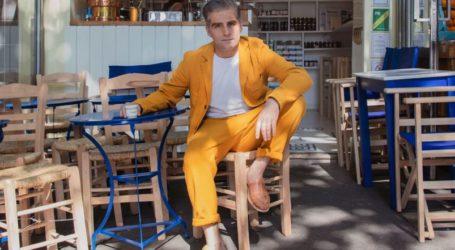 Ο γιος του Φιλόλαου Τλούπα «σερβίρει» καφέ στη χόβολη, στο Παρίσι